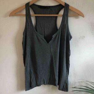 Så snyggt urringat linne från Zara. Frakten ingår i priset! Kolla gärna på allt annat jag säljer💕
