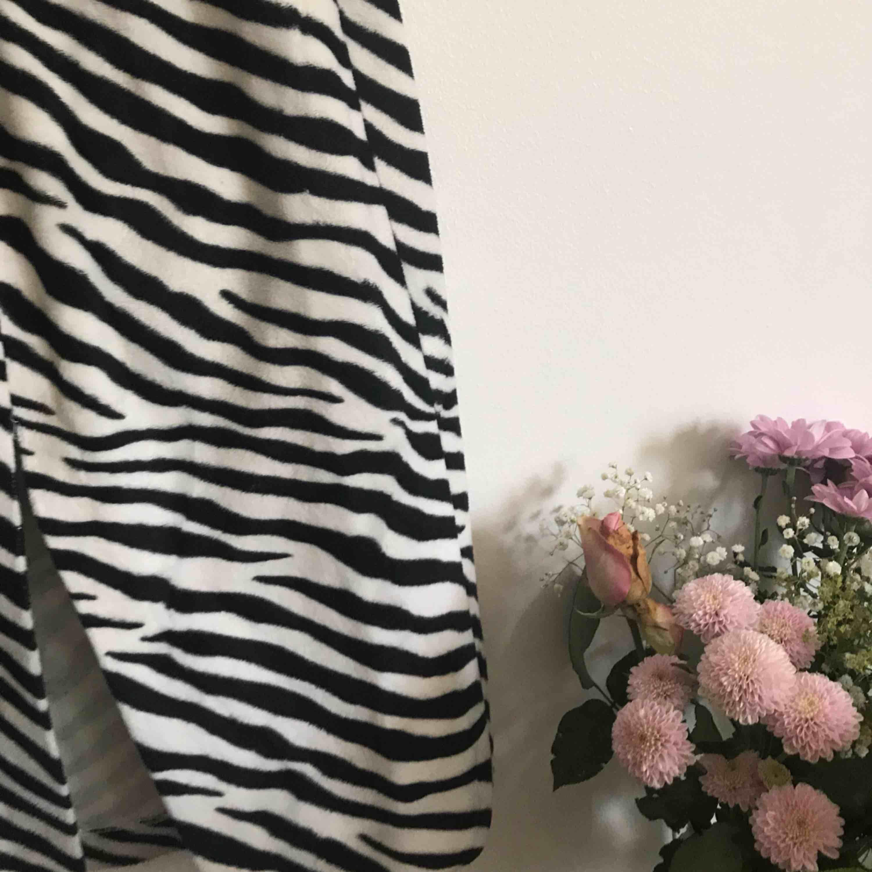 Zebra fur midiskirt  I faux fur! Stört snygg! Tight Storlek: S-M . Kjolar.