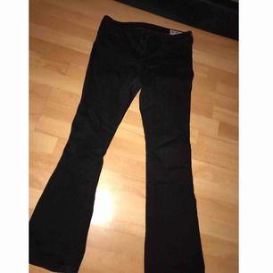 Hej säljer mina fina  bootcut jeans från crocker jeans! Säljes pga de är för små för mig. Passade mig bra när jag hade strl 38/40, finns i Karlskrona. Kan fraktas, men frakt ingår ej