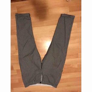Jättefina rutiga byxor som tyvärr är för små för mig. I bra skick endast använda en gång. Kan fraktas men frakt ingår ej.