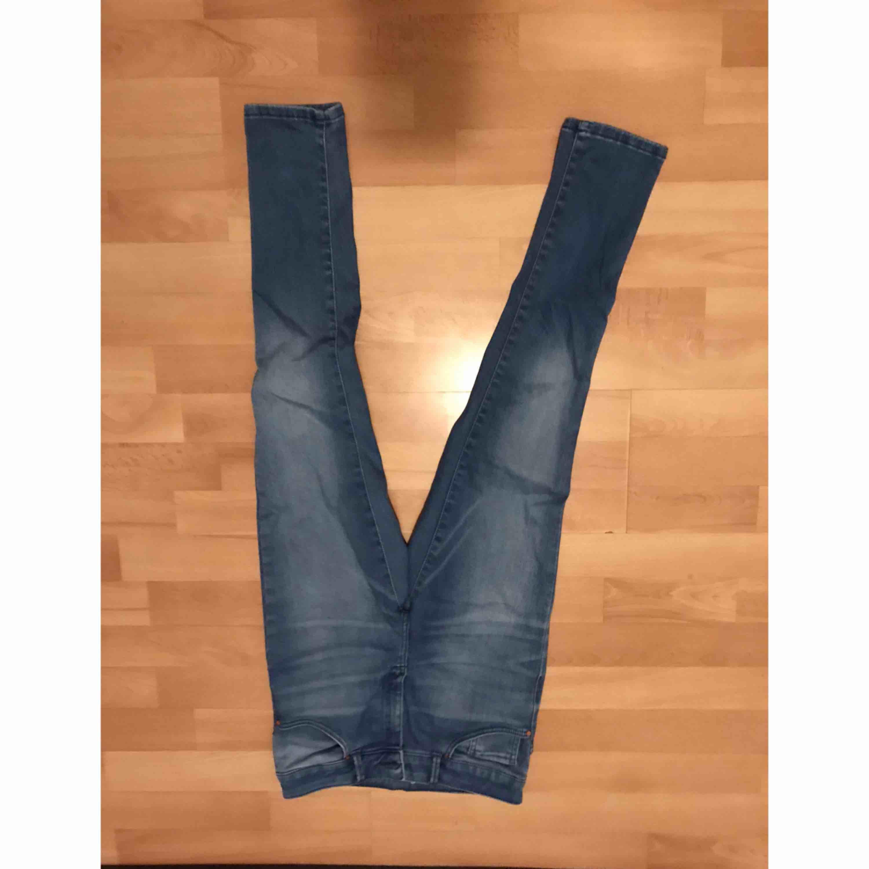 Snygga byxor från Bikbok i bra skick, använda ett fåtal gånger och fortfarande i nyskick! . Jeans & Byxor.