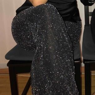 Snygga glittriga byxor från Gina Tricot. Använda en gång på nyår och ej mer så i bra skick. Storlek L men passar även lite större M. Frakt ingår ej