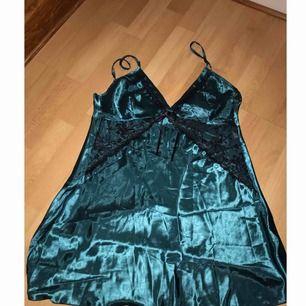 Underbart blåaktigt linne i siden och spets. Hur fint som helst, kommer med ett tillhörande band i samma tyg och som kan användas som skärp på byxor etc. Frakt ingår ej