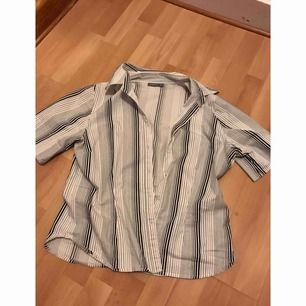 Snygg kortärmad randig skjorta från Lindex. Står i att strl är 44 men den är mycket mindre så snarare 38. I bra skick använd endast ett fåtal gånger. Frakt ingår ej