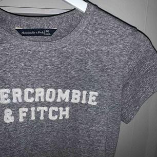 Abercrombie tshirt i nyskick! har inga defekter och behöver ett nytt hem :) priset är exklusive frakt