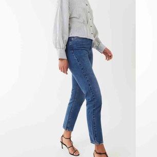 Högmidjade momjeans från Gina tricot (perfect jeans) i modellen Leah. Köptes för 499kr. Ingen stretch, loose fitting, High waist och 5 fickor
