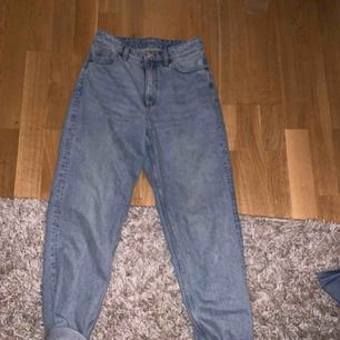 Fina mOm jeans från monki!! OG storleken är 26 fast dom är verkligen jätte stora för det ( säger en tjej som har storlek 34) så därför säger jag att det är i M,fast förutom det är det jätte fina byxor som jag aldrig har använt