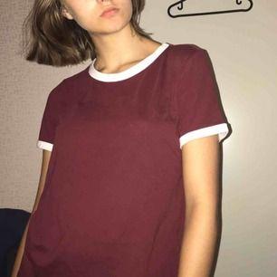 Vinröd t-shirt med vita kanter. Knappt använd och är från hm. Säljer för att jag använder aldrig längre. Kan mötas upp i Stockholm :)