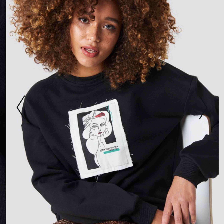 Superfin tröja ifrån NAKD! Vid intresse kan fler bilder skickas!. Huvtröjor & Träningströjor.