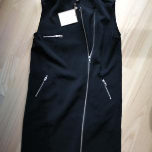 Oanvänd klänning, snygg och lätt men passar dock inte min form. Ordinarie pris från VILA är 599 kr.