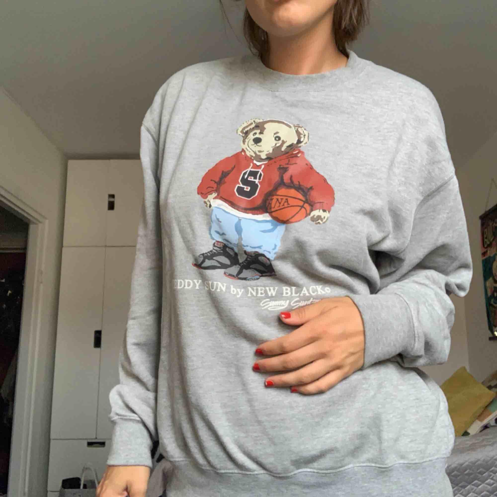 Snygg New Black sweatshirt. Använd men i gott skick. . Huvtröjor & Träningströjor.