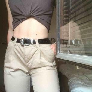 Brun/beige chinos som skulle kunna fungera som high waist. Skit snygga med skärp, dock följer skärpet på bilden inte med.