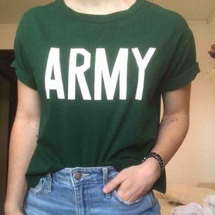 Army T-shirt i mörkgrön funkar perfekt till bts fans!