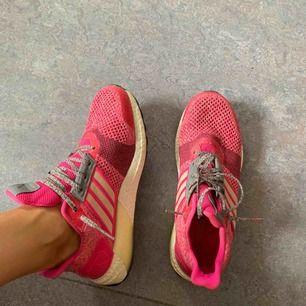 Snygga Adidas sneakers. Lite för stora för mig därför säljer jag dem.