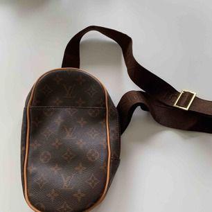 Kopia på en Louis Vuitton väska som ser bra ut med olika coola outfits. Baksidan är sliten, men det syns inte när man väl har på sig den!  Möts upp i Sthlm eller postar.