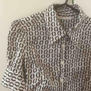 Underbar kortärmad silkesskjorta! Vintage, snygg passform och 100% silke🥰 storlek står ej men gissar XS-S
