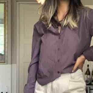 Skjorta från NA-KD i en stilren, jättefin brun färg. Kommer tyvärr ej till ändvändning och säljer därav🌟 Kan fraktas - köparen står för frakten