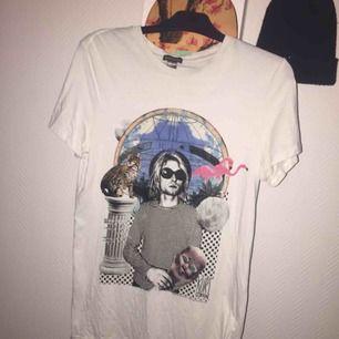 Hej! Jag säljer en vit Kurt Cobain tröja från H&M. Jag säljer tröjan för 200 kr där det ingår frakt. Tröjan är knappt använd och köpte för den för 1.5 år sedan. Vid frågor kontakta mig 🖤