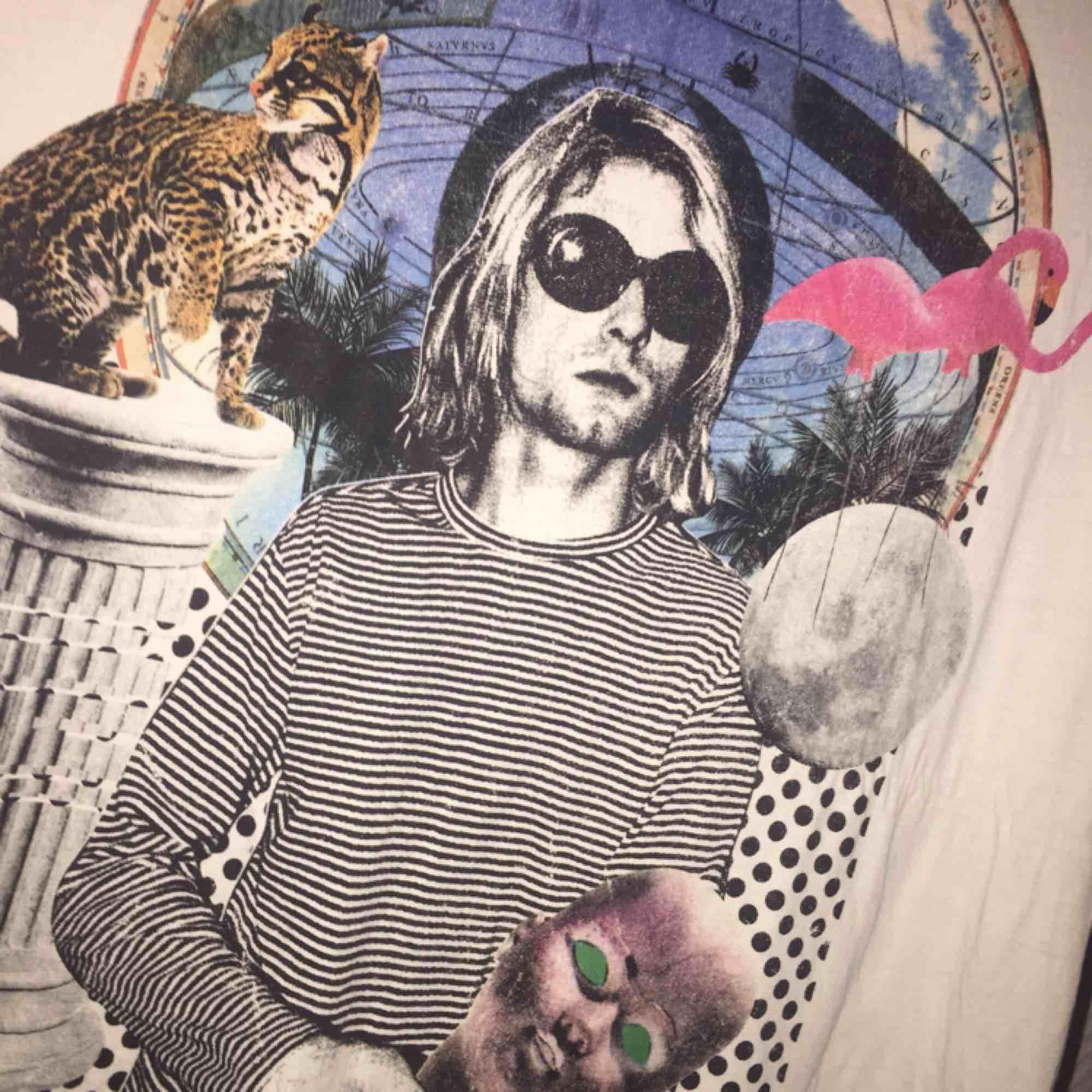 Hej! Jag säljer en vit Kurt Cobain tröja från H&M. Jag säljer tröjan för 200 kr där det ingår frakt. Tröjan är knappt använd och köpte för den för 1.5 år sedan. Vid frågor kontakta mig 🖤. Tröjor & Koftor.