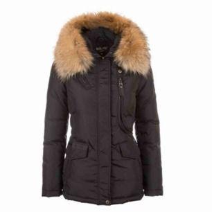 Säljer nu min fina Hollies Livigno jacka, storlek 34 Den är i ett fint skick, använd en vinter Säljer för 3000kr Skicka ett meddelande vid intresse, kan skicka egna bilder där 🥰