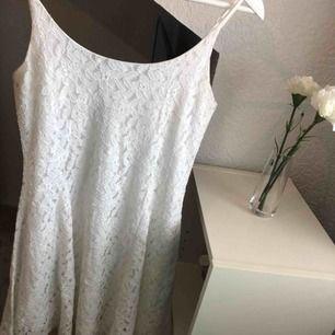 Snygg vit spetsklänning som jag köpt på JC och är använd endast en gång under en skolavslutning💗  Slutar ovanför knäna💗 Storleken passar dig som är 34-36💗 Frakt tillkommer💗
