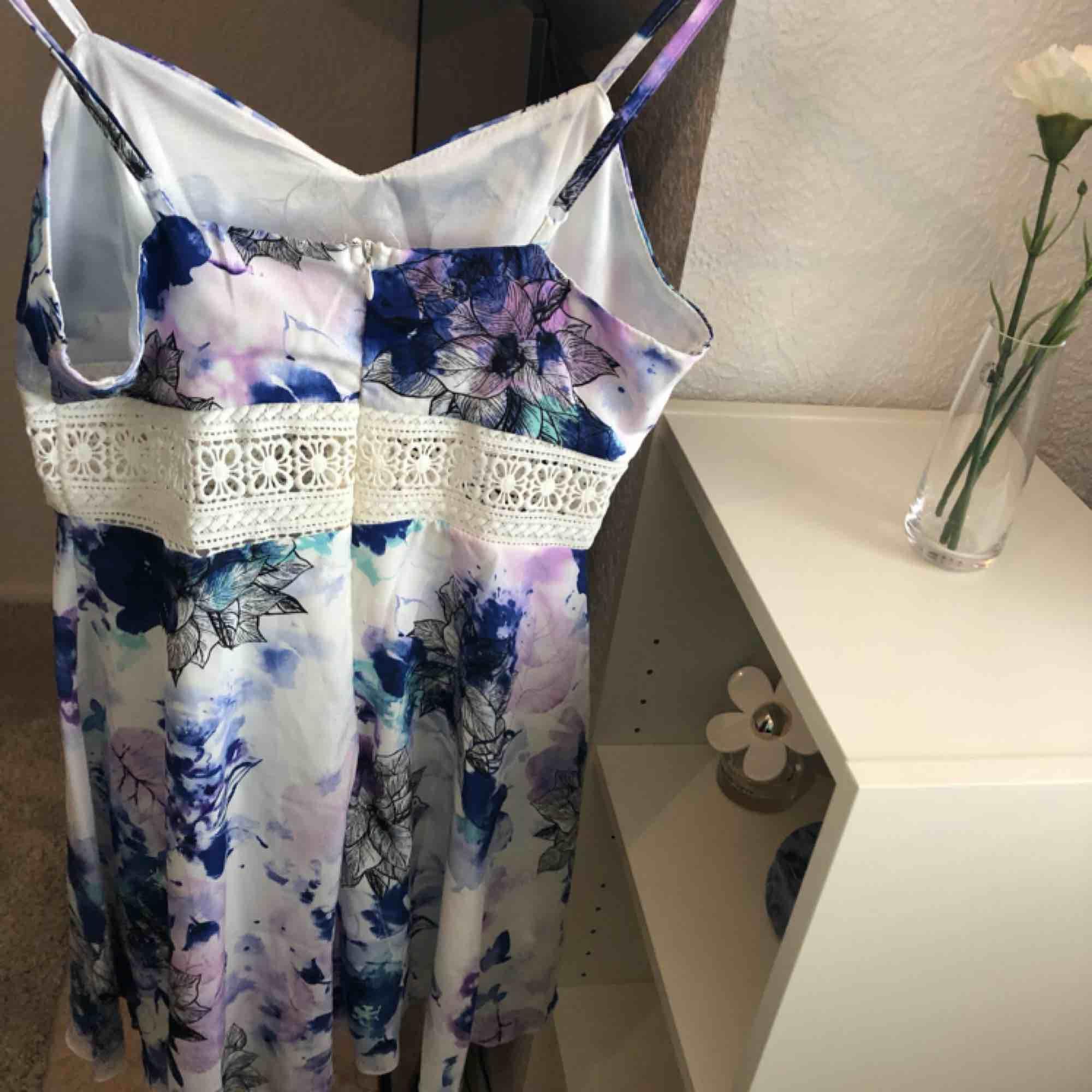 Somrig klänning med dragkedja bak och justerbara band💜 Frakt tillkommer💙. Klänningar.