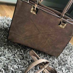 Beige väska i bra skick. Köparen står för frakt, i bra skick!