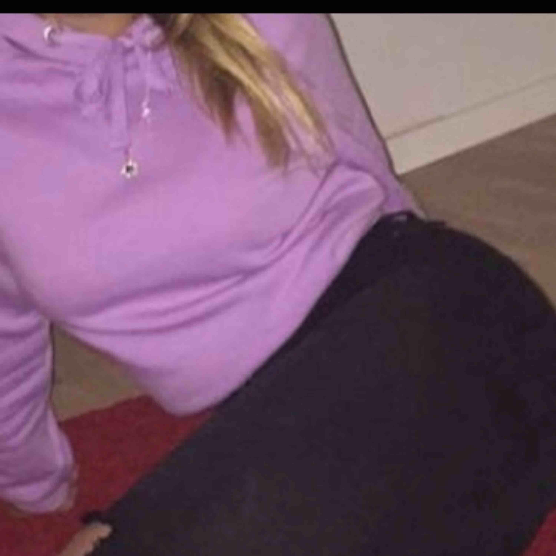 En lila hoodie från Ginatricot.  I bra skick, säljer pga att jag ej använder den längre💞 Frakt tillkommer💞. Huvtröjor & Träningströjor.