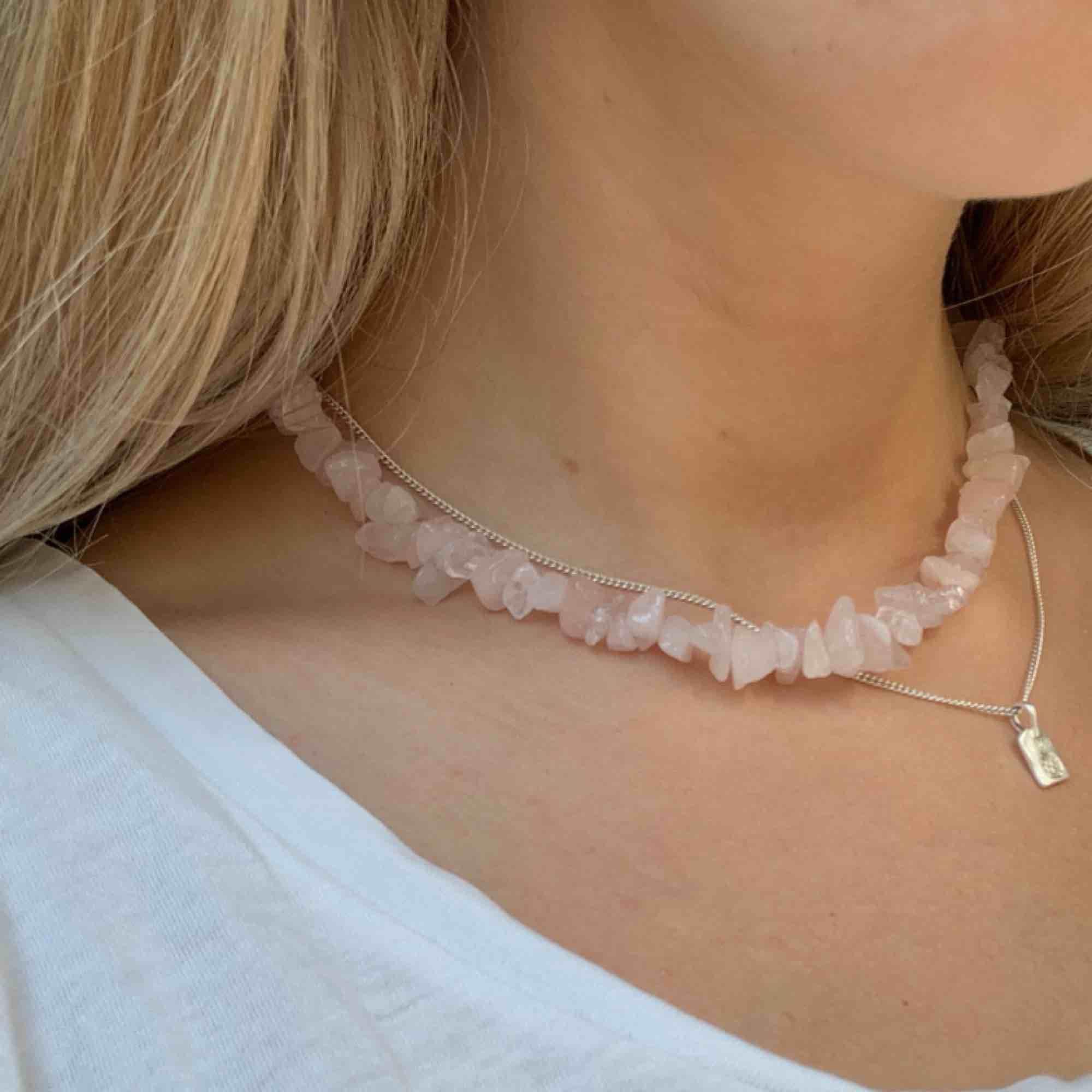 Rosenkvarts halsband💘 Elastisk tråd. Frakt 10kr. Instagram: @byviolajewelry . Accessoarer.