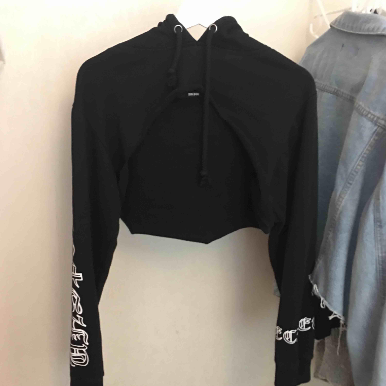 """Croppad hoodie som går över brösten , använd fåtal gånger. Har klippt av den själv men det syns inte att den är """"hemmagjord"""" :). Huvtröjor & Träningströjor."""