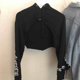 """Croppad hoodie som går över brösten , använd fåtal gånger. Har klippt av den själv men det syns inte att den är """"hemmagjord"""" :)"""