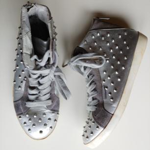 Häftiga, unika skor från Brasilien, silvriga med metalltaggar.   Storlek: 38
