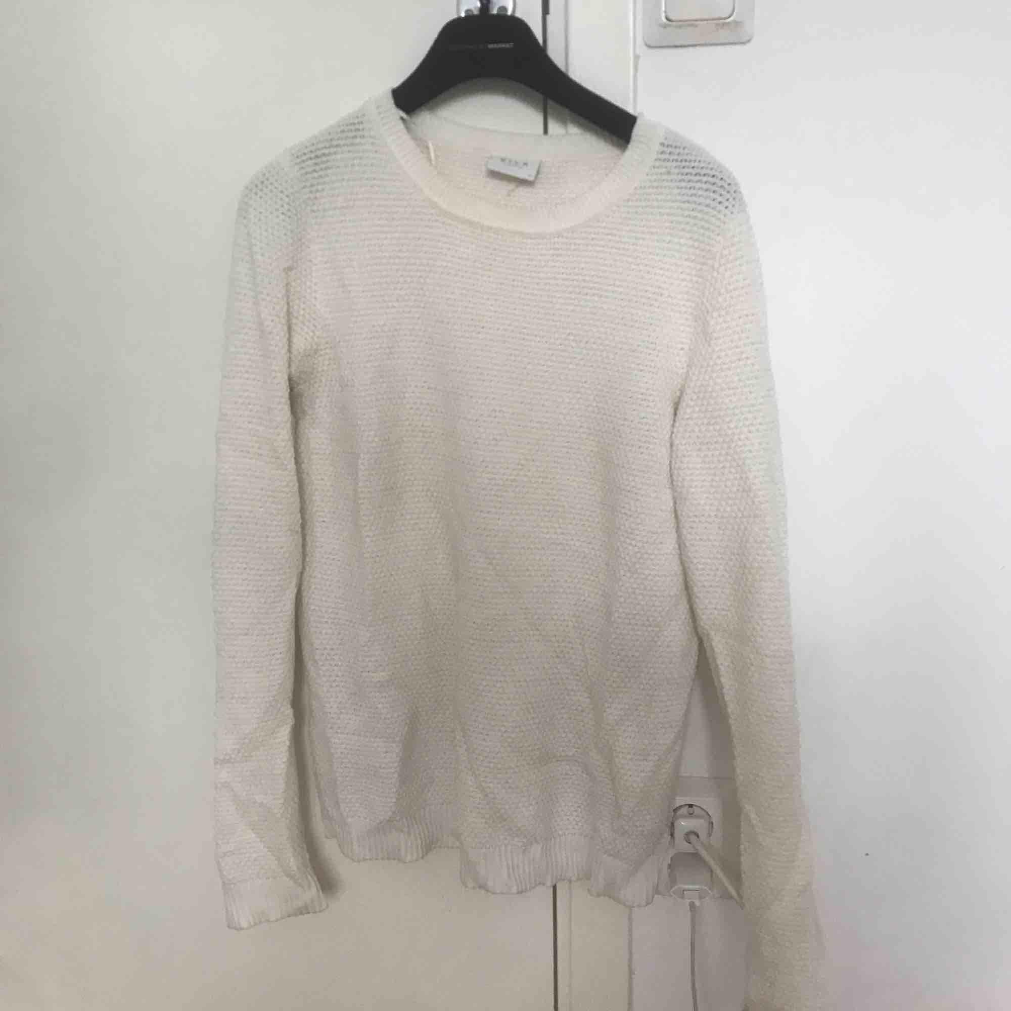 En vit stickad tröja från Vila. Skönt material, sticks ej.  Storlek M men passar även S. Stickat.