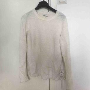 En vit stickad tröja från Vila. Skönt material, sticks ej.  Storlek M men passar även S