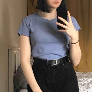 Ljuslila/viol tshirt köpt på BIK BOK. Sparsamt använd så i fint skick. Har små volanger på ärmarna och längst nere. Lite kortare i modellen. Jag är 168cm! Priset kan diskuteras!