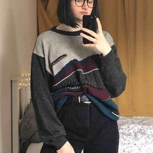 Stickad tröja köpt secondhand. ÄLSKAR färgerna men den kommer tyvärr inte till användning :( Står att det är storlek 52 men vet inte vad det betyder så jag skulle säga L. Jag är 168cm! Priset kan diskuteras :)