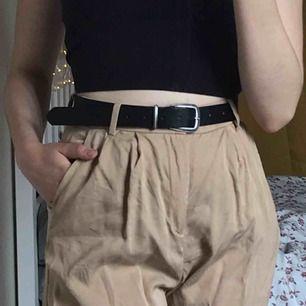 SKITSNYGGA beige kostymbyxor som tyvärr blivit för små för mig <//3 Sparsamt använda. Jag är 168cm! Priset kan diskuteras!