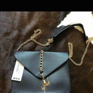 Ny handväska med kedjerem tags kvar