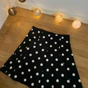 Superfin prickig kjol ifrån Zara, använd fåtal gånger och är i storlek S men kan även fungera som XS