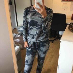 Kamouflage-set från madlady. Byxor och tröja för 130kr, nypris 375kr. Storlek XS men passar S också. Använda och tvättat några gånger. Frakt betalas av köparen.