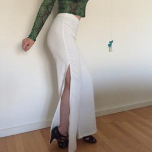 🌼 Vita byxor med slits från Madlady🌼 För stora för mig(håller upp på bilderna). Fri Frakt!