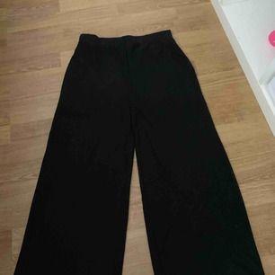 Svarta utsvängda byxor i glansigt tyg, används inte längre pga för korta för mig🧡
