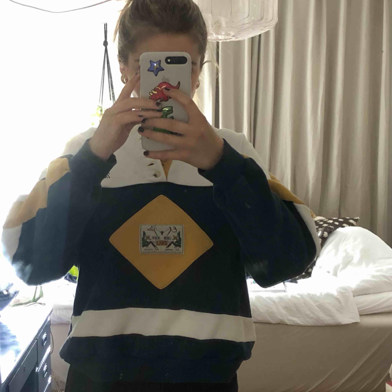 Fin sweatshirt med knappar och broderi :)) köparen står för frakten men möts gärna i Malmö trakten . Huvtröjor & Träningströjor.