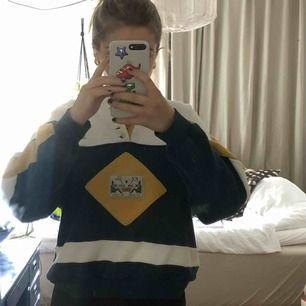 Fin sweatshirt med knappar och broderi :)) köparen står för frakten men möts gärna i Malmö trakten