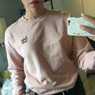 """Ljusrosa långärmad tröja från H&M med texten """"lovers united"""". Storlek XS men passar S också. Använd 2-3 gånger och har inga slitningar överhuvdtaget. Köparen står för frakten."""