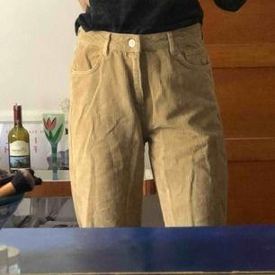 Mom jeans från urban outfitters, säljer pga kommer inte till användning då det inte är min stil - köparen står för frakten men mäts gärna i Malmö trakten