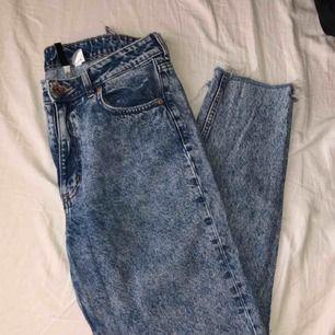 """Jätte fina typ """"momjeans"""" från H&M. Använda flitigt men ser nya ut. Lite sönder i en skärp springa (kolla bild). 75kr + frakt"""