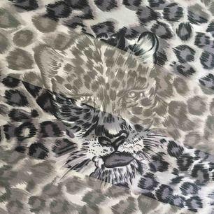 Coolaste vintage sjalen! Tryck med leopard på, riktigt unik! 💎