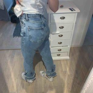 Jeans från miss selfridge. Ljusblå jeans med volanger nere på baksidan. Nypris 500kr. Knappt använda då de är lite för stora för mig. W24 L32