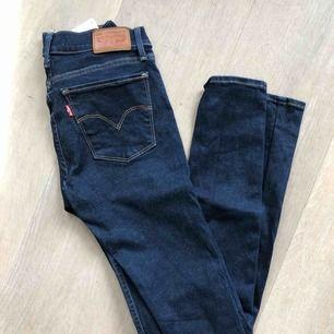 """Säljer mina äkta Levi's-jeans i modellen """"710 super skinny"""". Priset går att diskutera! 😁"""